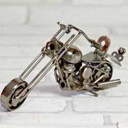 Motocykl metalowy ze śrubek