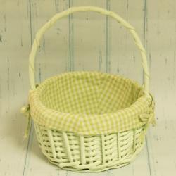 Koszyk wiklinowy z zieloną tkaniną