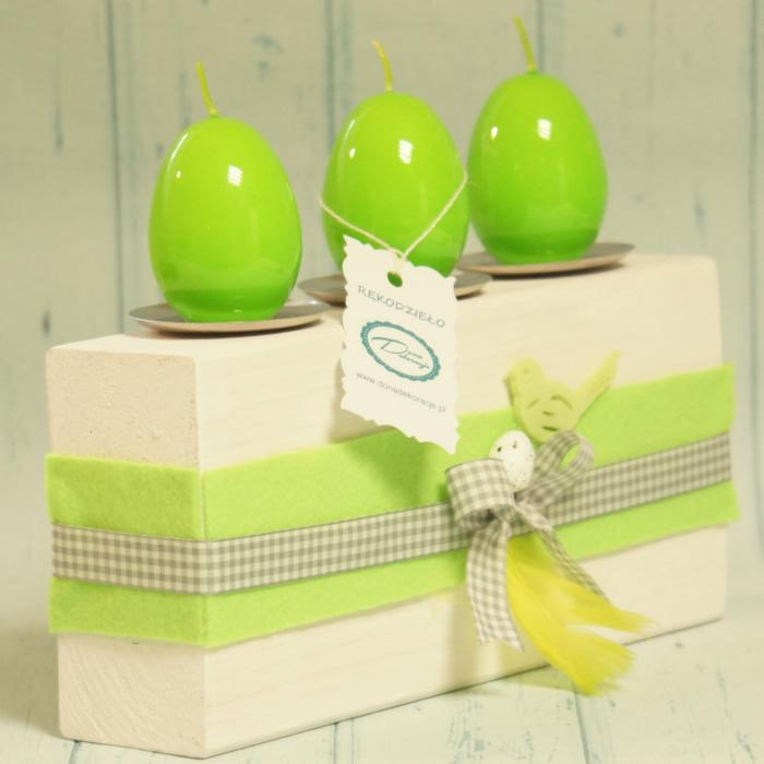 Świecznik wielkanocny z zielonymi jajkami