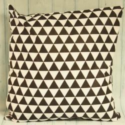 Poduszka czarna w białe trójkąty, czarne dodatki do domu, czarne dekoracje do domu, donadekoracje.pl