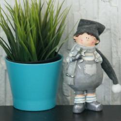 Chłopiec w czapce, stojący, szary, gipsowy, wymiary 8/8/18cm.