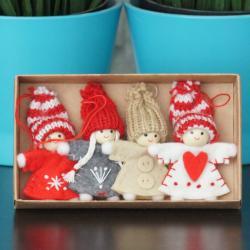 Dzieci świąteczne 4 szt. o wymiarach 5,5/7cm, do zawieszenia, w kartoniku 13/7,5 cm.