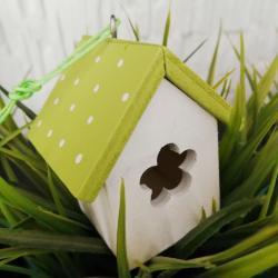 Karmnik, domek, zielona zawieszka
